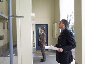 県営住宅の外付エレベーターを視察