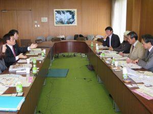 犯罪被害者支援条例を調査 明石市長と懇談