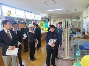 教室不足で廊下にあふれる備品ー越谷特別支援学校を視察