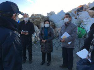 「刺激臭感じた」―坂戸市の産業廃棄物たい積現場を視察